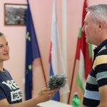 Kamil Karas, starosta obce Lednica, ktorého spovedá mladá reportérka Mária Jánošíková, nám porozprával o obci a predstavil obecnú pálenicu.