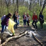 Ako nestaráme o naše pamiatky - upratovanie žiakov 8. ročníka v okolí mohyly, vypratanie nelegálnej skládky - plast, fľaše a komunálny odpad