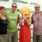 Je mi potešením, že svoje recyklovateľné koordinátorské žezlo odovzdávam tam, odkiaľ som ho dostala. O program Mladí reportéri pre životné prostredie sa od februára 2012 starajú Klaudia (vľavo) a Richard (vpravo) Medalovci z Centra environmentálnych aktivít v Trenčíne. S mladou angažovanou ekologičkou Lisou Simpson a riaditeľom Greenpeace Slovensko Jurajom Rizmanom sa nechali odfotografovať na letnom festivale Pohoda, kde minulý rok nechýbal ani náš stánok. Veľa šťastia!