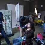 <p>&#160;Atmosféra počas fotografovania. Make-up artistka Zuzana Krempaská líči Zdenku Prednú pred prizerajúcimi sa fotografmi - vľavo Jozef Pálenik (Soulution Creative Studio), vzadu Peter Kubalák &#160;(making off). FOTO: Zuzana Límová</p>