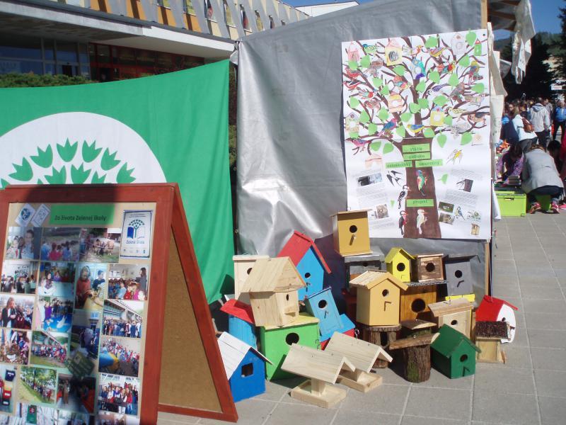 """Celoročný projekt """"Vtáčie mesto"""" výroba vtáčik búdok na hniezdenie z odpadu a ich inštalácia na stromy pred školou."""